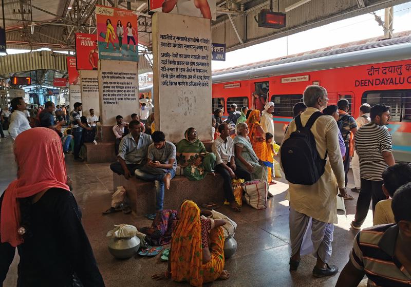 インド 列車 ホーム