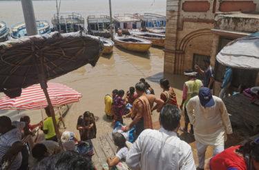 雨季のバラナシ ガンガーが浸る8月の雨量